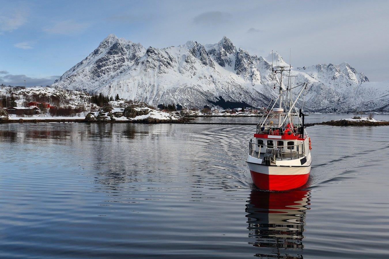 AdobeStock_165963578 fjell og fiskebåt