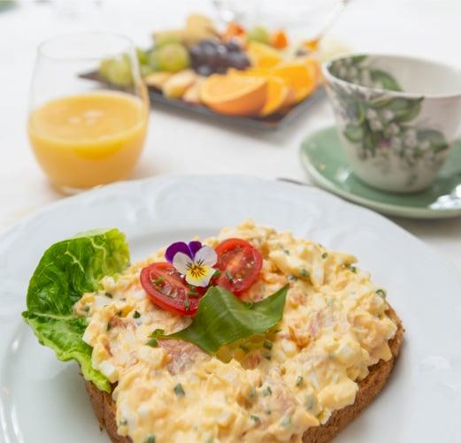 Frokostene på Beste Bakken er legendariske. Eggesalat med varmrøkt pepperlaks gir en god start på dagen.