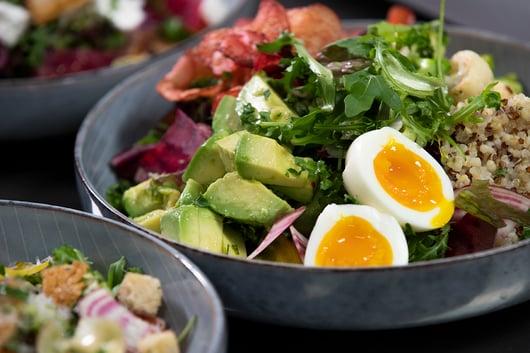 Quinoasalat med egg, avocado og rotgrønnsaker