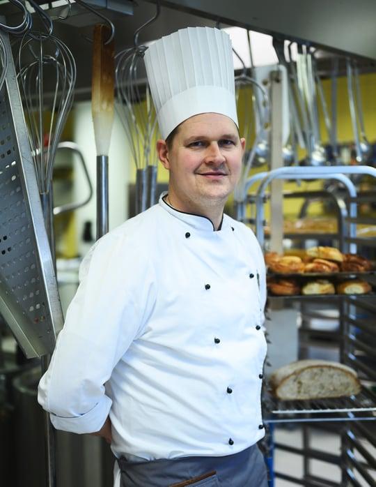 Kjetil Oden-Haugen lager hjemmelaget mat til pasientene på St. Olavs Hospital