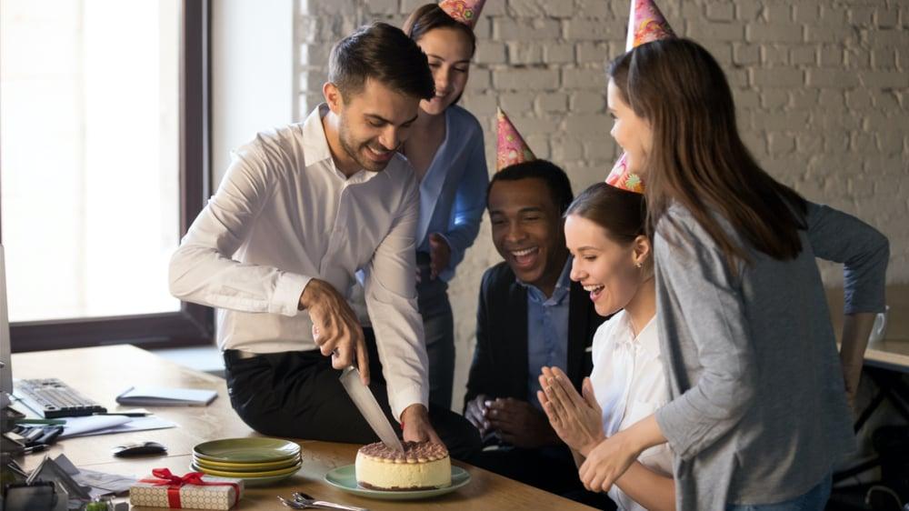 Ansatte blir overrasket i kantinen med kake