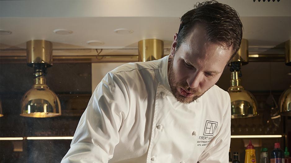 Månedens kokk: Robert Hansen (31) bruker matolje på jobb og girolje hjemme